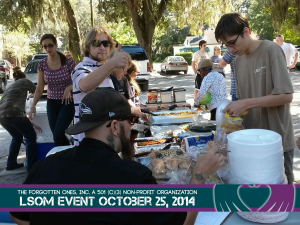 Volunteers-Clients-Enjoying-Lunch-LSOM-October252014